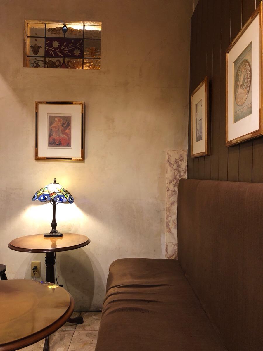 ステンドグラスのインテリアやアートが素敵!軽食も充実している喫茶店「カフェ・ラ・クレーマイエ」
