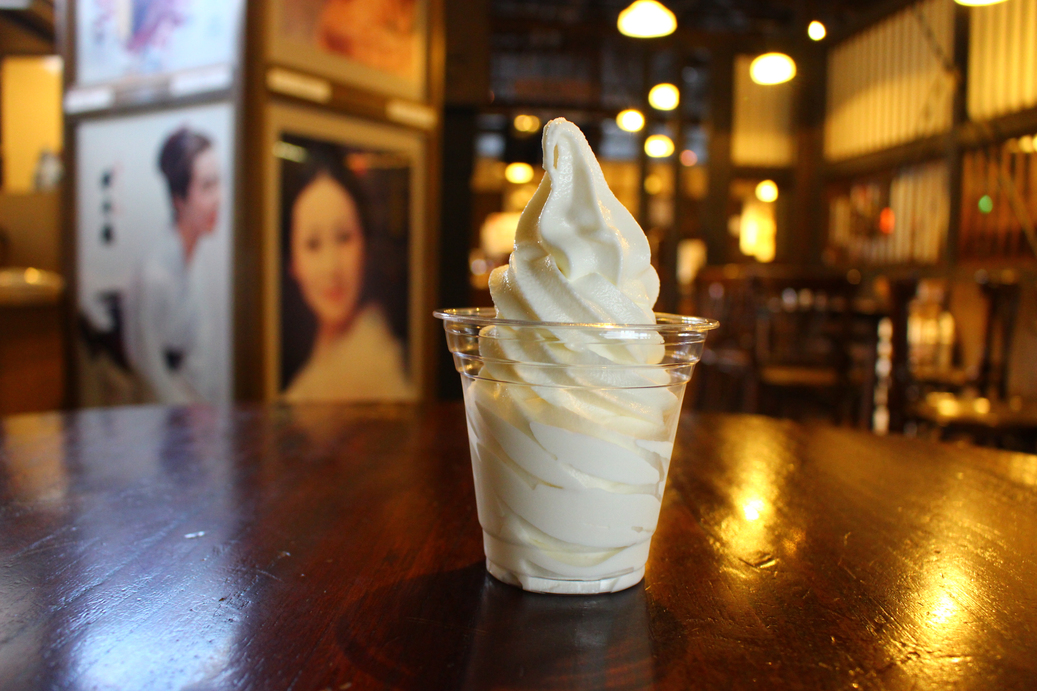 大吟醸の酒粕を贅沢に使用した酒粕ソフトクリームを食す「千歳鶴 酒ミュージアム」